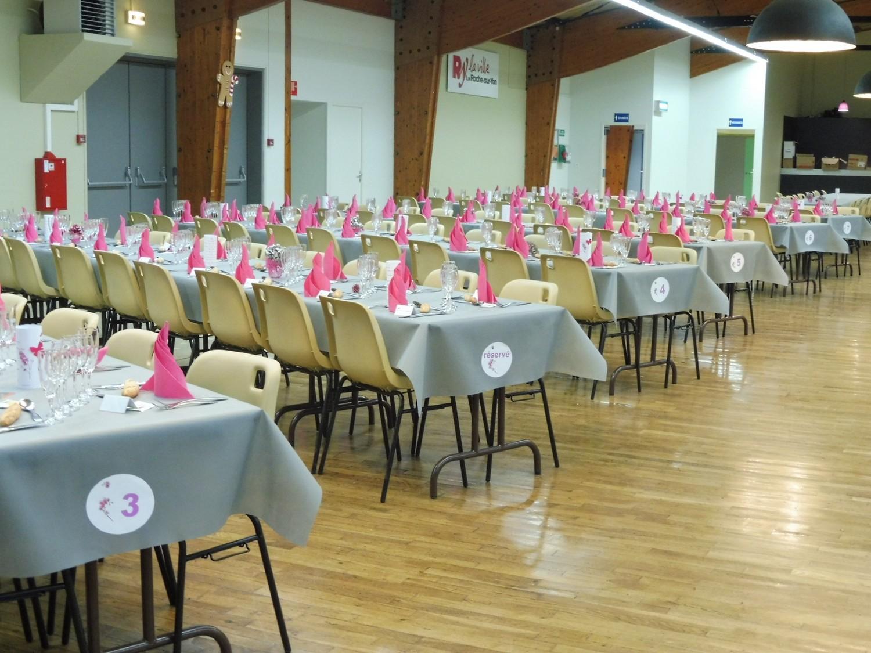 Préparées avec soin, les tables attendent les invités.